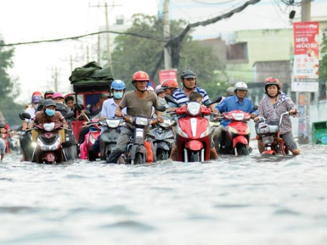 """Đường ngập như sông, ngày thứ 3 liên tiếp người Sài Gòn rồng rắn """"bơi"""" về nhà"""