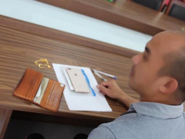 Bay từ nước ngoài về, khách nam để quên ví có nhẫn đính hôn, dây chuyền vàng ở sân bay