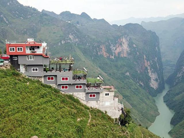 """Hà Giang: Ai cho phép cắm """"gai bê tông"""" trên đỉnh Mã Pí Lèng?"""