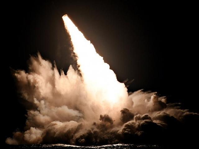 Video: Đang ngồi trên máy bay, thấy tên lửa hạt nhân có thể hủy diệt quốc gia bay vọt qua