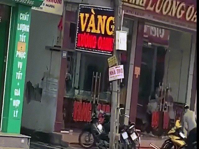 Video: Rúng động vụ cướp tiệm vàng tại Mạo Khê, dân quay được clip nổ súng?