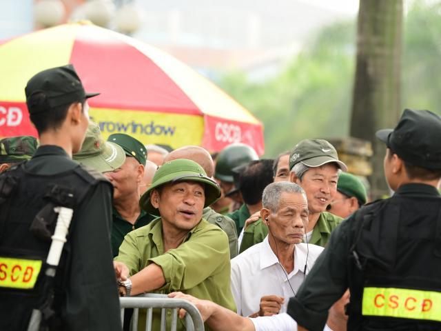 Nhiều người xưng thương binh phản ứng dữ dội trước cổng VFF vì... không mua được vé