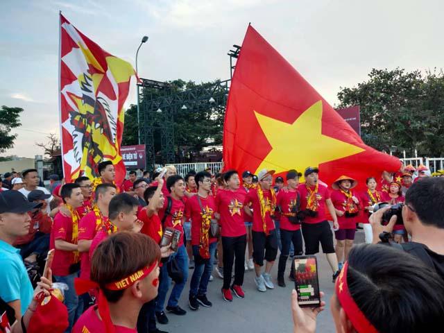Trực tiếp không khí nóng bỏng ĐT Việt Nam đấu Malaysia: CĐV nhảy múa trước Mỹ Đình