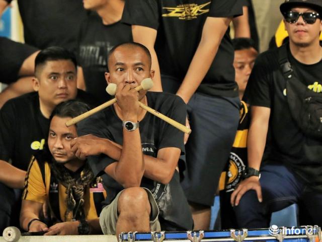 Những khuôn mặt thất thần của CĐV Malaysia sau tiếng còi kết thúc trận đấu