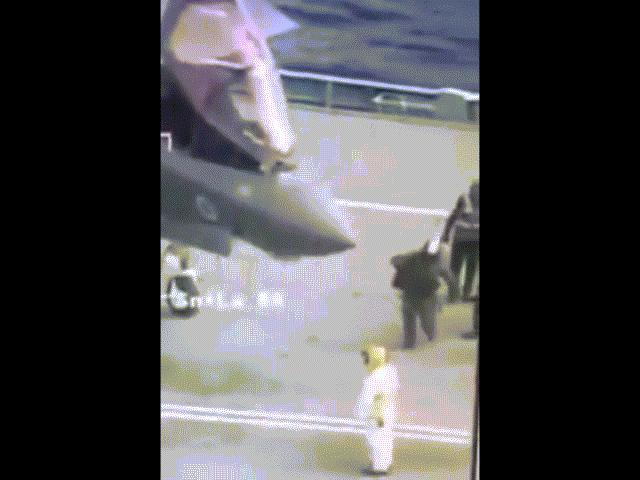 Anh: Tiêm kích F-35 hạ cánh lịch sử, phi công ngã đập mặt xuống đất