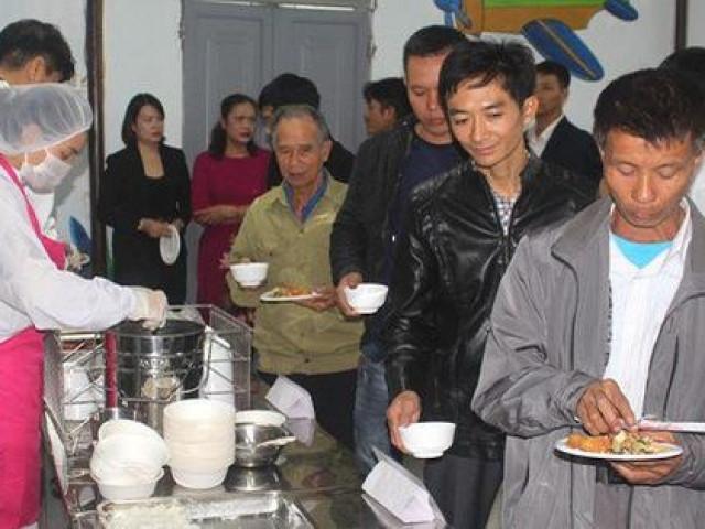 Chuyện lạ Hải Dương: Hàng trăm phụ huynh được ăn cơm bán trú trải nghiệm tại trường học