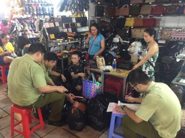 """Kiểm tra chợ """"nhà giàu"""" Sài Gòn, phát hiện hàng ngàn sản phẩm giả, nhái"""