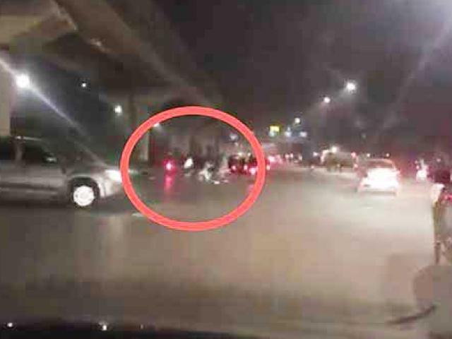 Hai nhóm thanh niên vác kiếm, bom xăng hỗn chiến kinh hoàng giữa phố Hà Nội