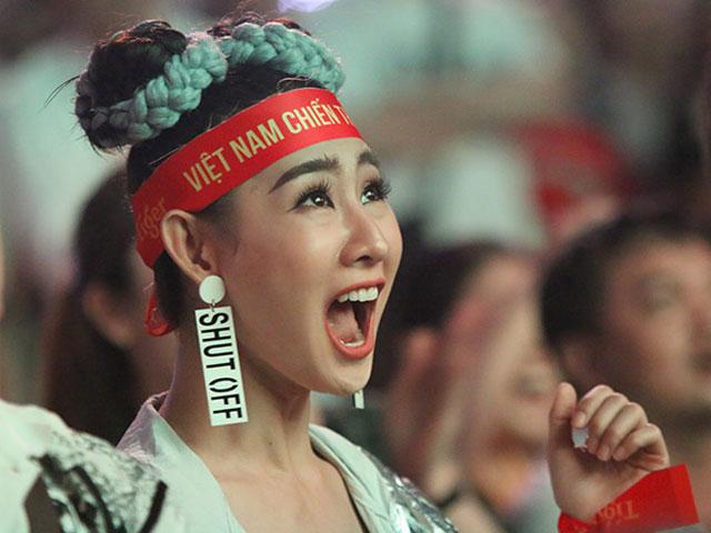 Fan nữ xinh ĐT Việt Nam tròn mắt vì Tiến Linh ghi siêu phẩm