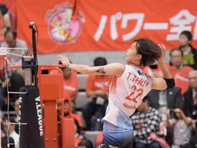 """Thanh Thúy 1m93 uy vũ chơi bóng chuyền ở Nhật Bản: Bật cao đập """"búa bổ"""""""
