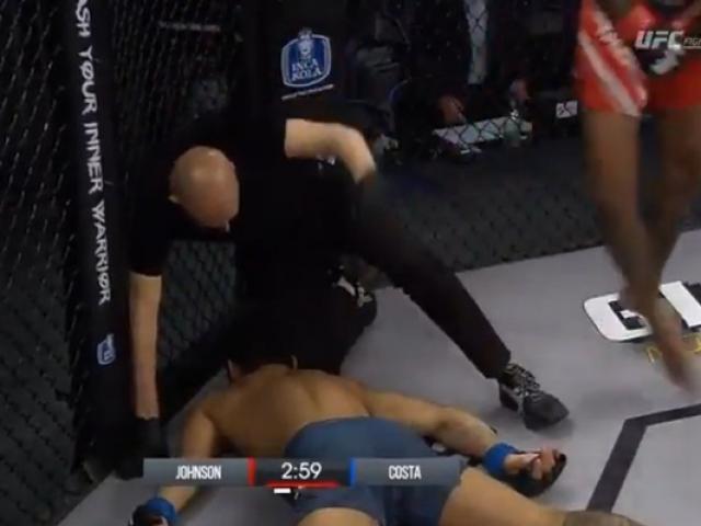 Choáng: Võ sĩ MMA đưa đầu vào gối đối thủ, ăn đòn co giật toàn thân