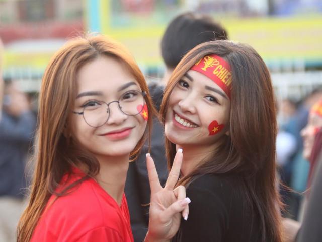 Nóng rực đại chiến Việt Nam - Thái Lan: Dàn hotgirl rạng rỡ tiếp lửa thầy trò ông Park