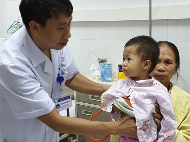 Uống nhầm dầu hỏa, bé 20 tháng tuổi bị suy hô hấp suýt chết