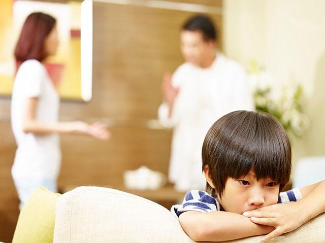 """Nếu có 15 dấu hiệu sau, bố mẹ trong mắt trẻ rất """"đáng sợ"""""""