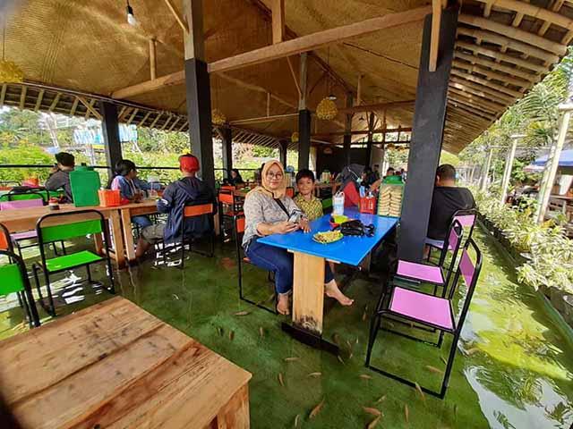 Nhà hàng chiều thực khách số 1, vừa ăn vừa được cá massage chân bên dưới