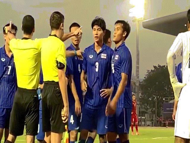 """Cầu thủ Thái Lan quát trọng tài: """"Ông là người Việt Nam đúng không?"""""""