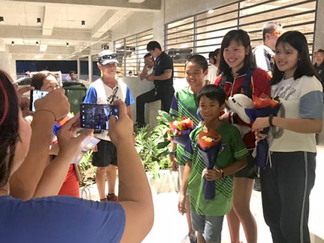 Ánh Viên liên tiếp gặt vàng SEA Games: Fan đối thủ xếp hàng chụp ảnh
