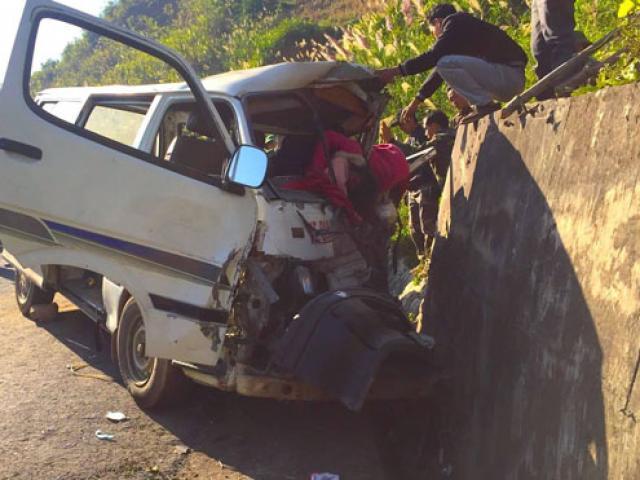 Xe 16 chỗ đâm vào vách núi biến dạng, 8 người thương vong