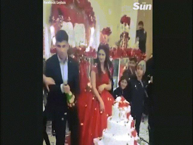 Clip: Hành động cục súc của chú rể trong đám cưới gây sốc