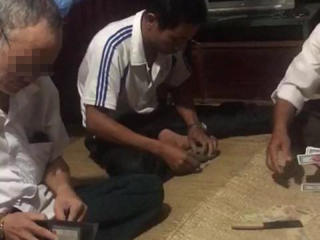 Dân quay clip, tố Bí thư và Phó Chủ tịch xã đánh bài ăn tiền tại công sở