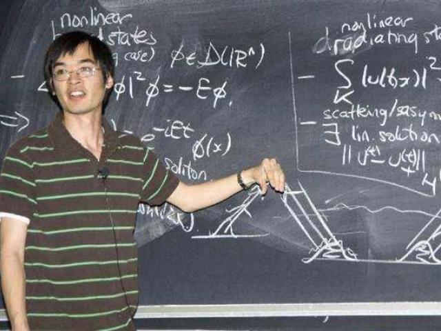 Thần đồng Toán học có IQ cao hơn cả Albert Einstein và Stephen Hawking