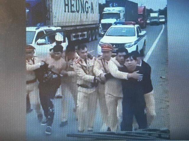 CSGT Lạng Sơn truy đuổi 10km nhóm vận chuyển động vật hoang dã