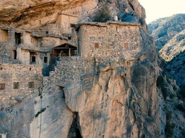 Ngôi làng 500 năm tuổi sát rìa núi hiểm trở, người nước ngoài bị hạn chế đến