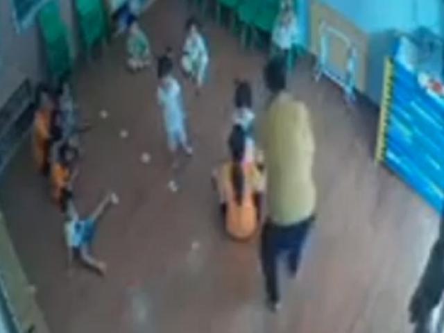 Tin tức 24h qua:Người đàn ông túm tóc, đánhcháu bé 2 tuổi vì tranh giành đồ chơi với con mình