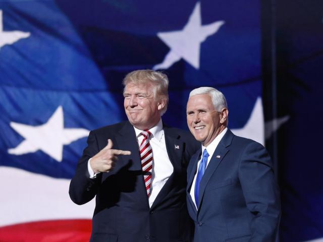 """Tổng thống Mỹ nhiễm Covid-19: """"Phó tướng"""" đi nước cờ mạo hiểm vì ông Trump"""