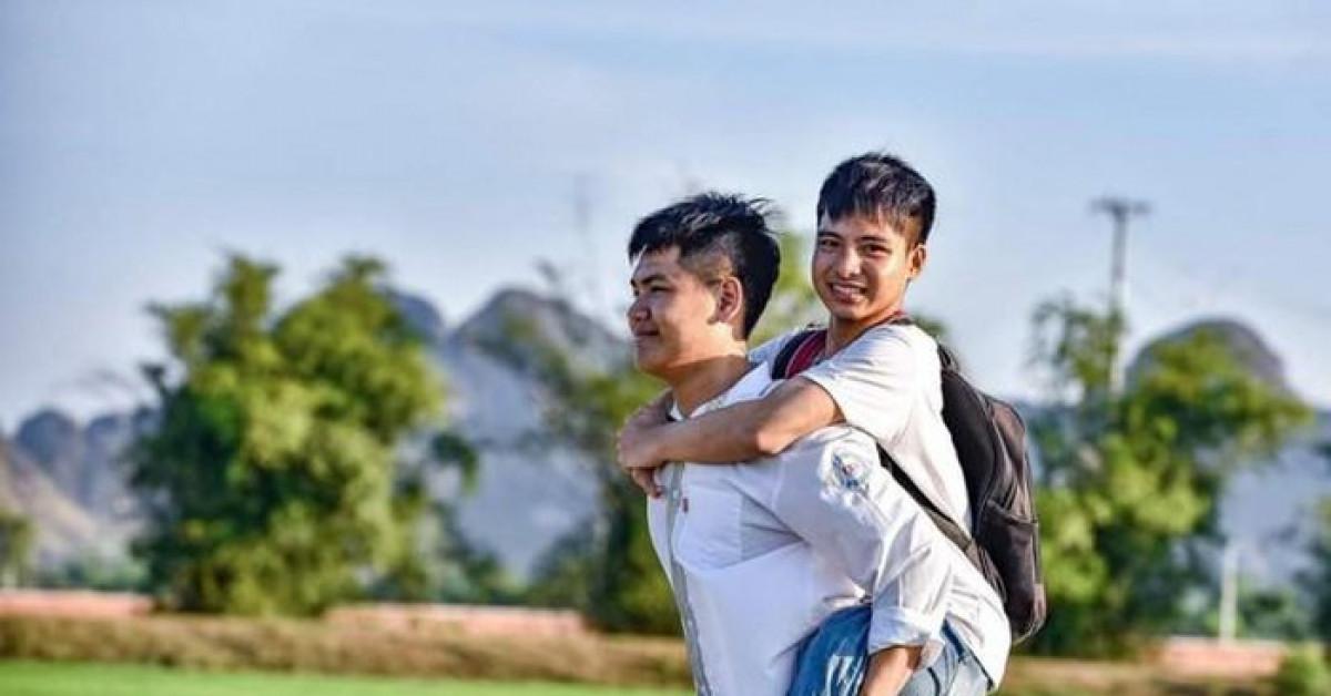 Nam sinh cõng bạn đến trường: Sự chân thành và nhân hậu suốt 10 năm đáng giá hơn 0,25 điểm