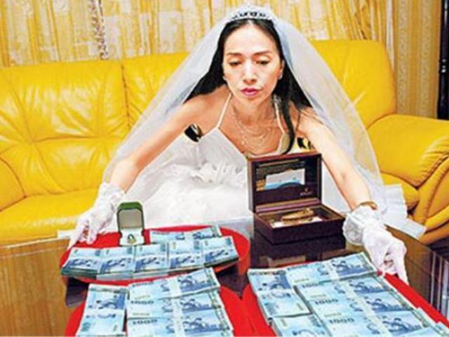"""Nữ đại gia 63 tuổi kết hôn với trai trẻ kém 20 tuổi: """"Chỉ có tiền mới mua được tình yêu"""""""