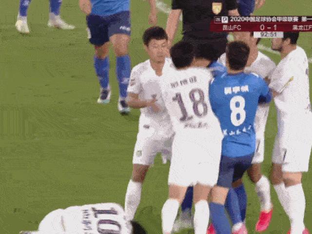 Hỗn chiến kinh hoàng, 30 cầu thủ đánh nhau như phim hành động
