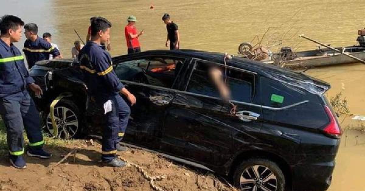Phát hiện 3 người tử vong trong xe ô tô 7 chỗ rơi xuống sông