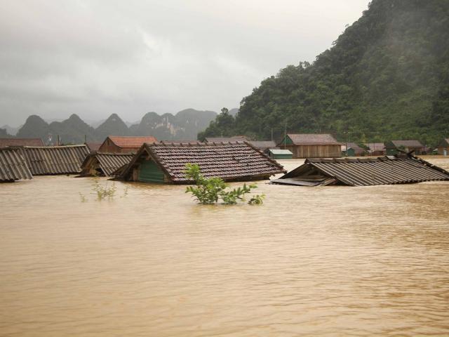 20 người chết và mất tích, nhiều nơi bị cô lập do mưa lũ lịch sử ở miền Trung