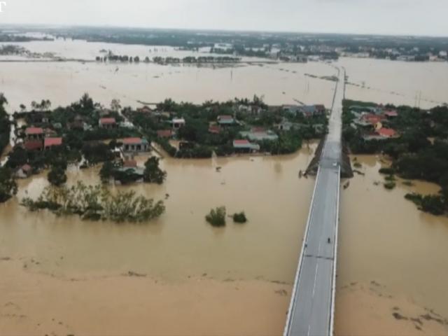 Clip: Mưa lũ khiến gần 20 nghìn nhà ở Quảng Bình ngập trắng, chỉ còn thấy nóc