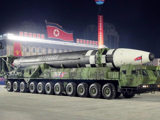 """Phô diễn tên lửa """"quái vật"""" lớn nhất thế giới, ông Kim Jong Un toan tính điều gì?"""