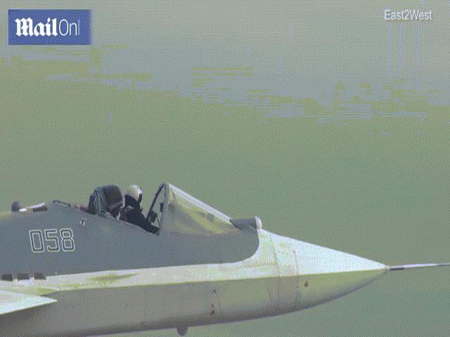 """Video: Phi công Nga lái tiêm kích """"Su-57 mui trần"""" gây kinh ngạc"""