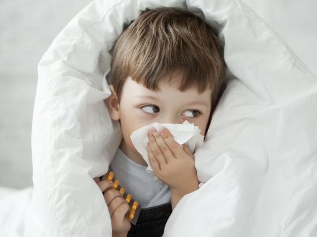 """5 thói quen tưởng chừng vô hại nhưng khiến con """"hở tí là ốm"""" khi giao mùa, trở lạnh"""