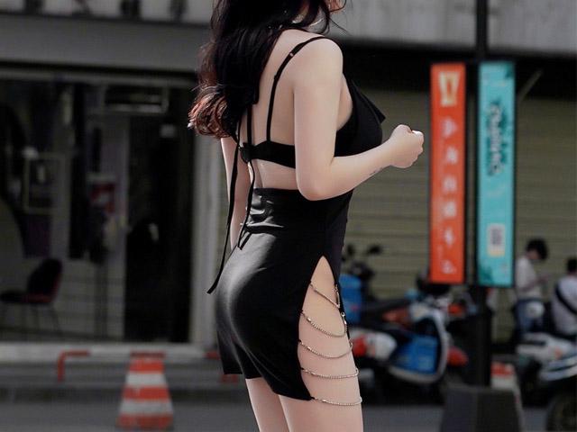 Gái xinh Trung Quốc khiến người đi đường nhìn chằm chằm vì đường xẻ nguy hiểm