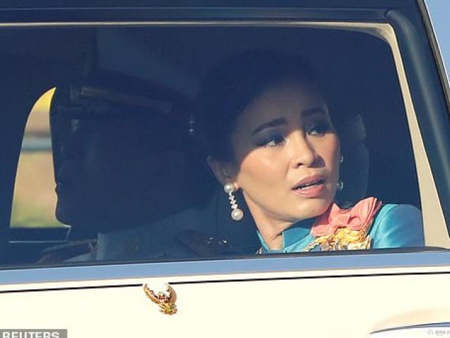 Hoàng hậu Thái Lan ngỡ ngàng trước đám đông người biểu tình vây quanh