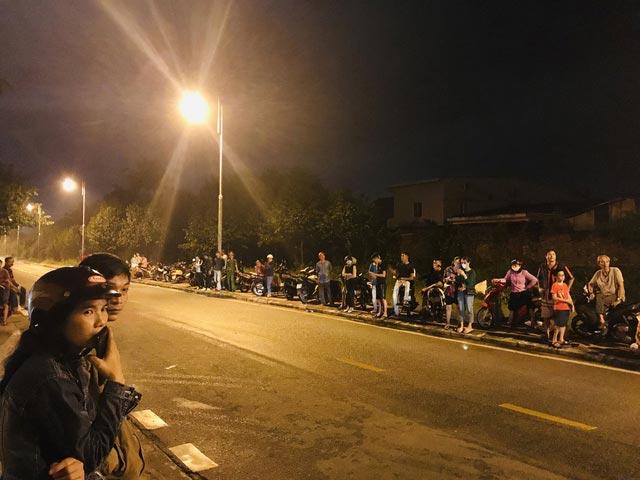 Người dân Huế đứng trước cổng bệnh viện chờ đón xe chở 13 thi thể chiến sỹ, cán bộ