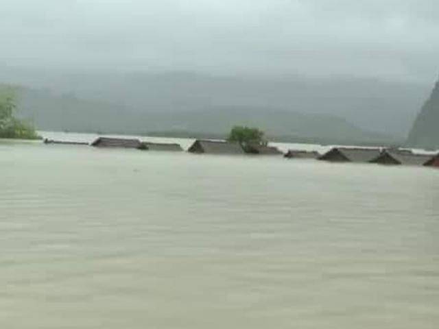 Lũ vượt mốc lịch sử cả mét, nhiều vùng ở Quảng Bình chỉ còn thấy nóc nhà
