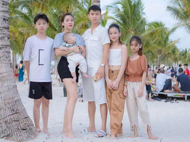 Bức ảnh gia đình gây xôn xao, bà mẹ 4 con hơn chồng 11 tuổi vẫn trẻ đẹp mơn mởn