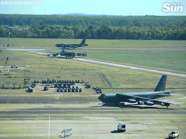 """Choáng ngợp màn """"Voi đi bộ"""" của phi đội pháo đài bay B-52H Mỹ"""