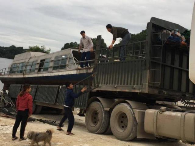 Ông chủ ở Yên Bái tự nguyện đưa tàu 3,5 tấn vào cứu trợ người dân vùng lũ