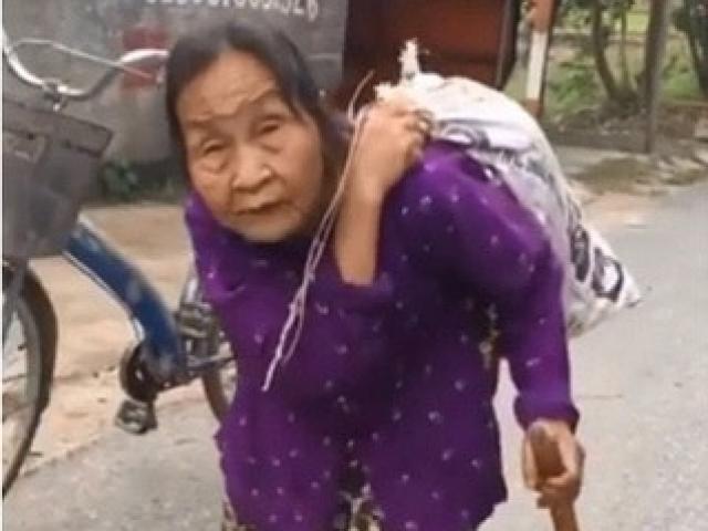 Xúc động hình ảnh cụ bà cõng bao quần áo và mì tôm đến ủng hộ miền Trung