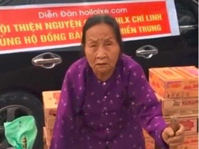 Lời nói của cụ bà cõng bao tải đi ủng hộ miền Trung khiến người khác nghẹn lòng