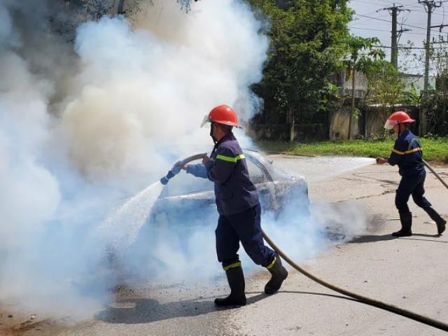 Ô tô 4 chỗ đỗ ven đường bất ngờ bốc cháy dữ dội