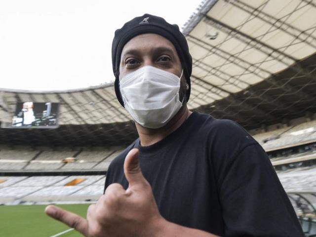 Ronaldinho nối gót Ronaldo mắc Covid-19: Vận đen tiếp tục đeo bám