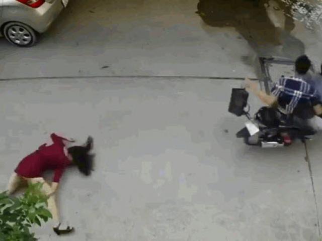 Bị cướp giật túi xách, người phụ nữ ngã đập mặt xuống đường